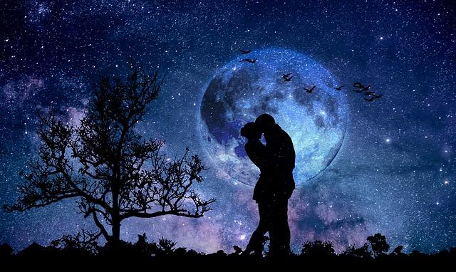 夜の中で抱きしめ合っているカップルの画像