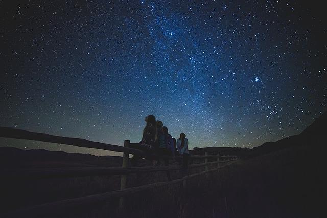 女性数人が星空を見上げている画像