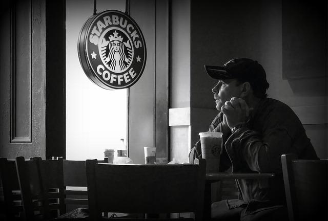 スタバでコーヒーを飲んでいる男性の画像