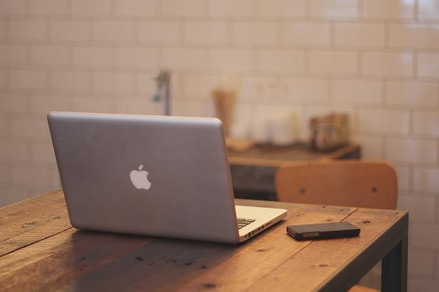 テーブルに置かれたMacbookの画像