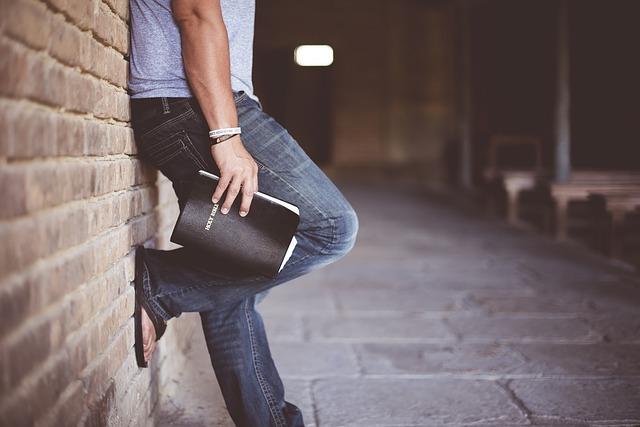 ジーンズを履いている男性の足元の画像