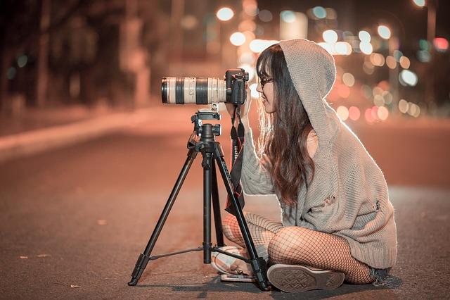 一眼レフを使っている女性の画像