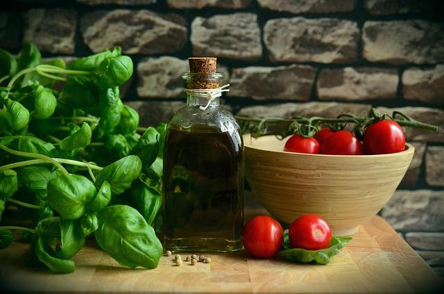 オリーブオイルとオーガニック食材の画像