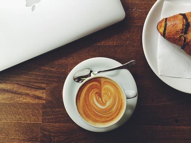 コーヒーとパンの画像
