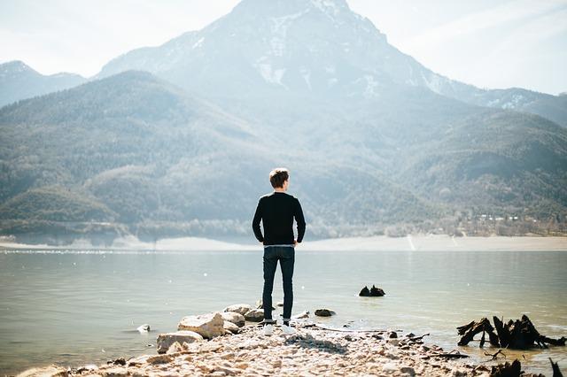 夢や目標を持っている男性の後ろ姿の画像