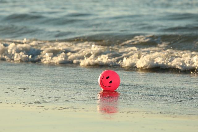 浜辺に転がっているボールの画像
