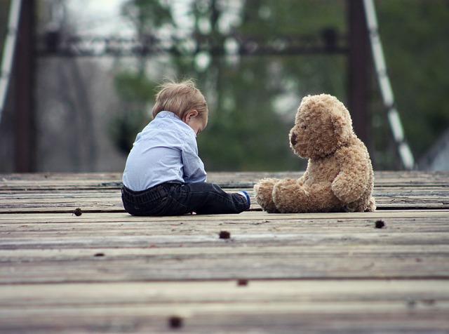 クマのぬいぐるみと子供の画像