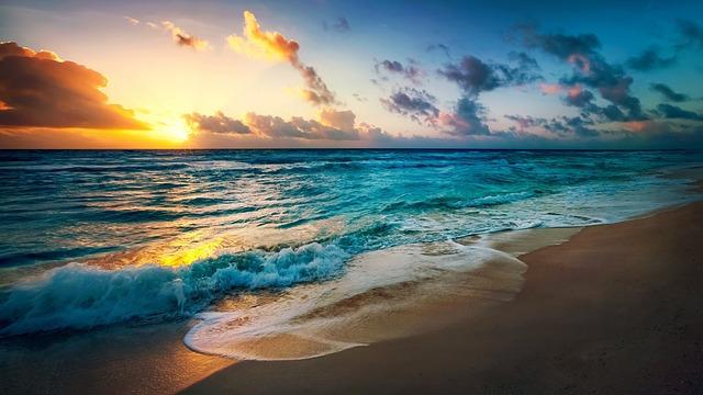 夕焼けに染まる海の画像
