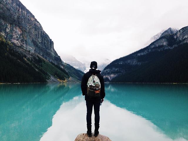 人生やり直しの旅に出た男性の後ろ姿の画像