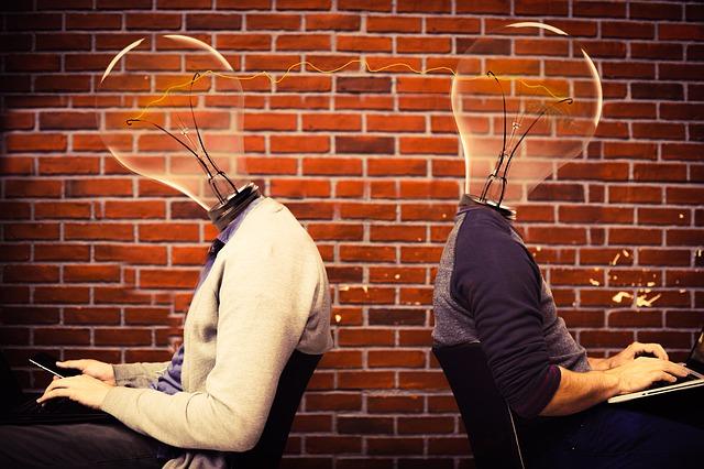 頭が電球になっている2人の画像