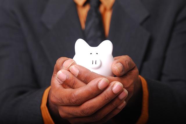 豚の貯金箱を持っている人の手元の画像