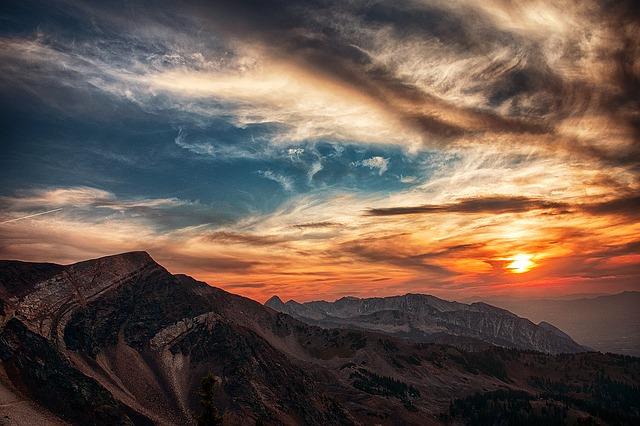 夕日と山の画像