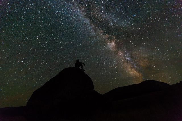 星空の下にいる人のシルエットの画像