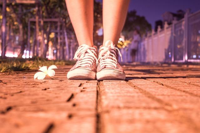 女子の足元の画像