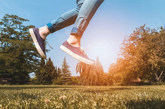 ジャンプしている人の足元の画像