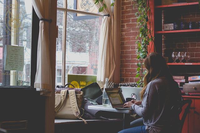 パソコンで仕事中の女性の画像