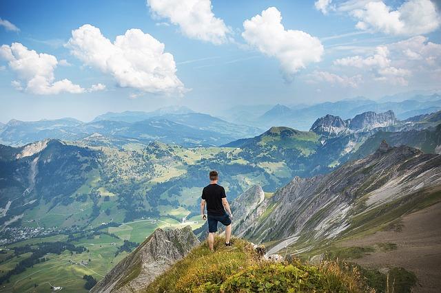 山頂に立つ男性の画像