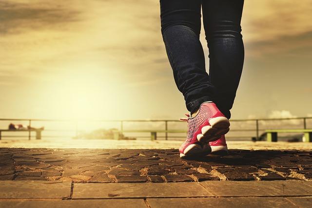 前へ歩いている女性の足元の画像