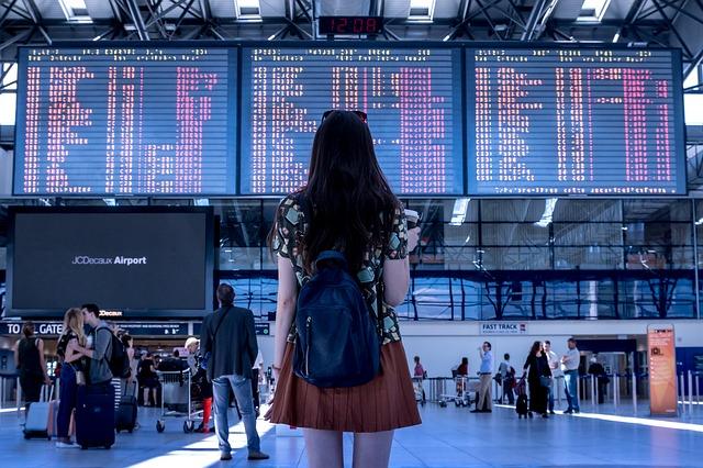 海外旅行の旅に出る女性の後ろ姿の画像
