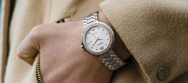 高級腕時計を付けている男性の手元の画像