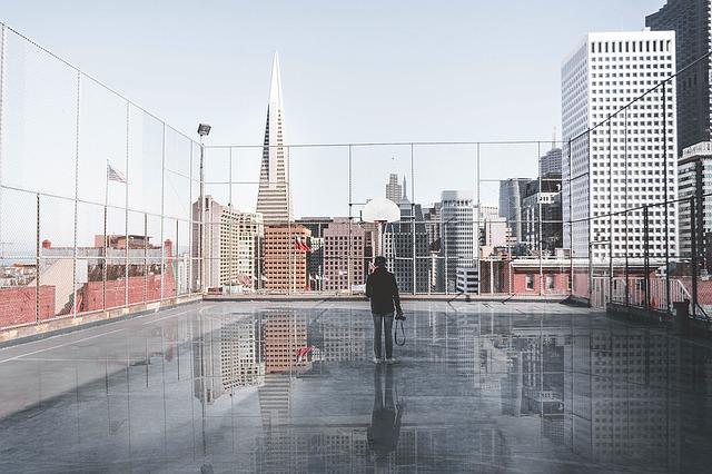 ビルの屋上にいる男性の画像
