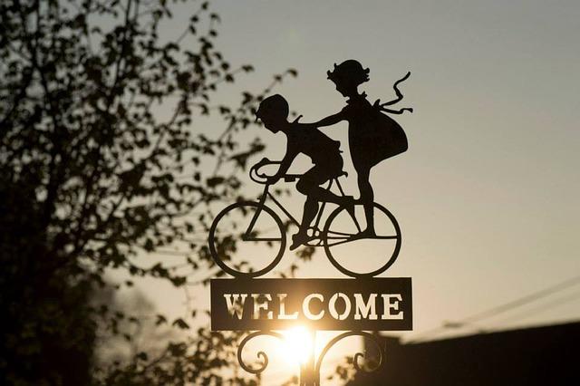 自転車に子供が二人乗りしている看板の画像