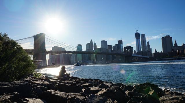 人生を楽しむためにブルックリンに来た女性の画像