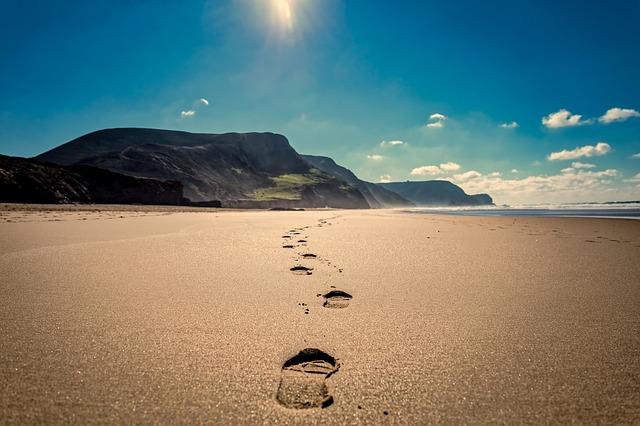 海の浜辺に足跡の画像