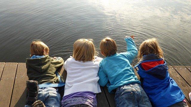 子供4人の後ろ姿
