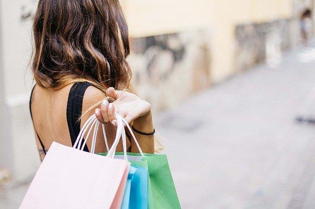ショッピングしている女性の後ろ姿の画像