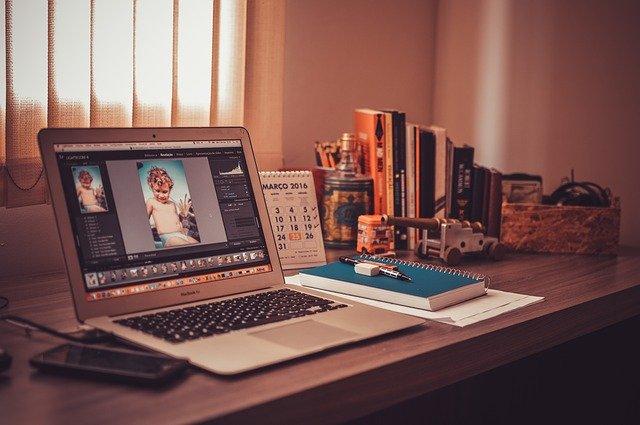 仕事中のパソコンとデスクの画像