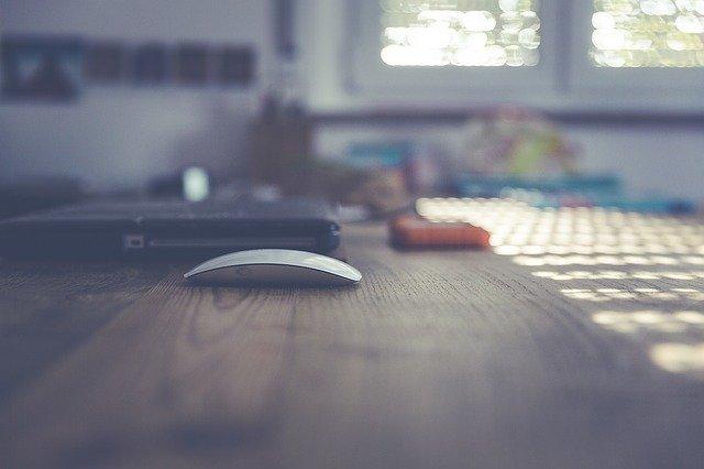 パソコンのデスクの画像