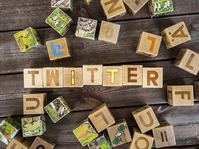 Twitterと書かれたブロックの画像