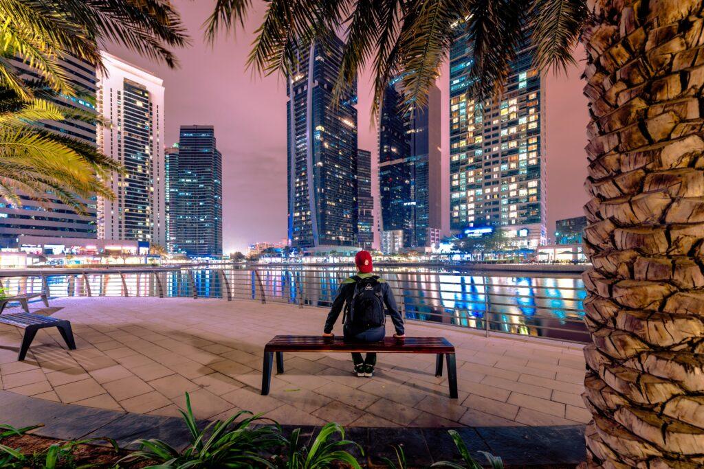 友達がいない男性の後ろ姿と高層ビルの夜景の画像