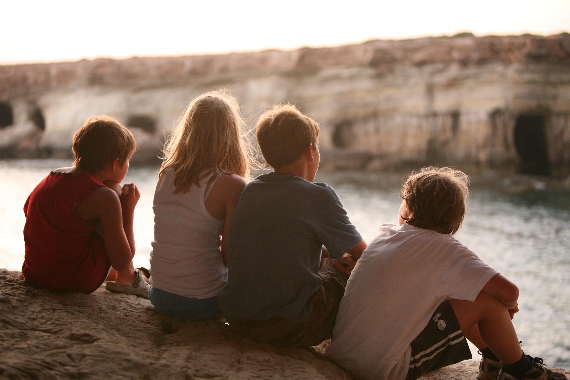 友達4人で黄昏ている画像