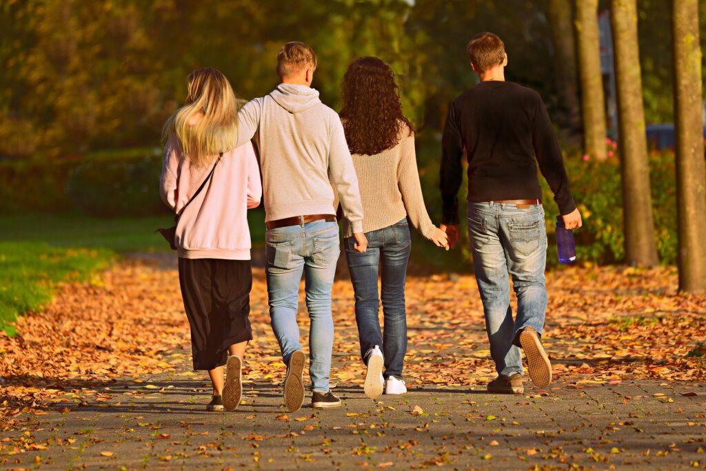 友達4人で歩いている後ろ姿の画像