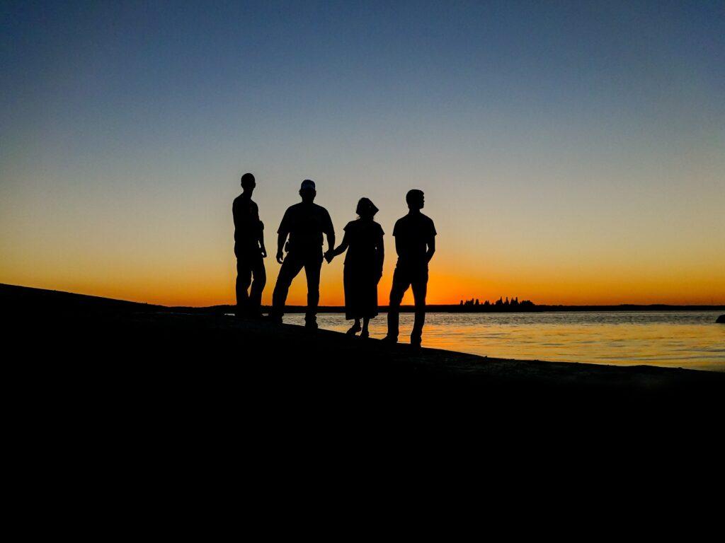 夕焼けを友達4人で眺めている画像