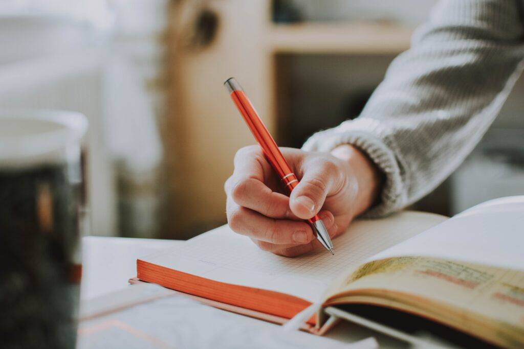 ボールペン字を練習している画像