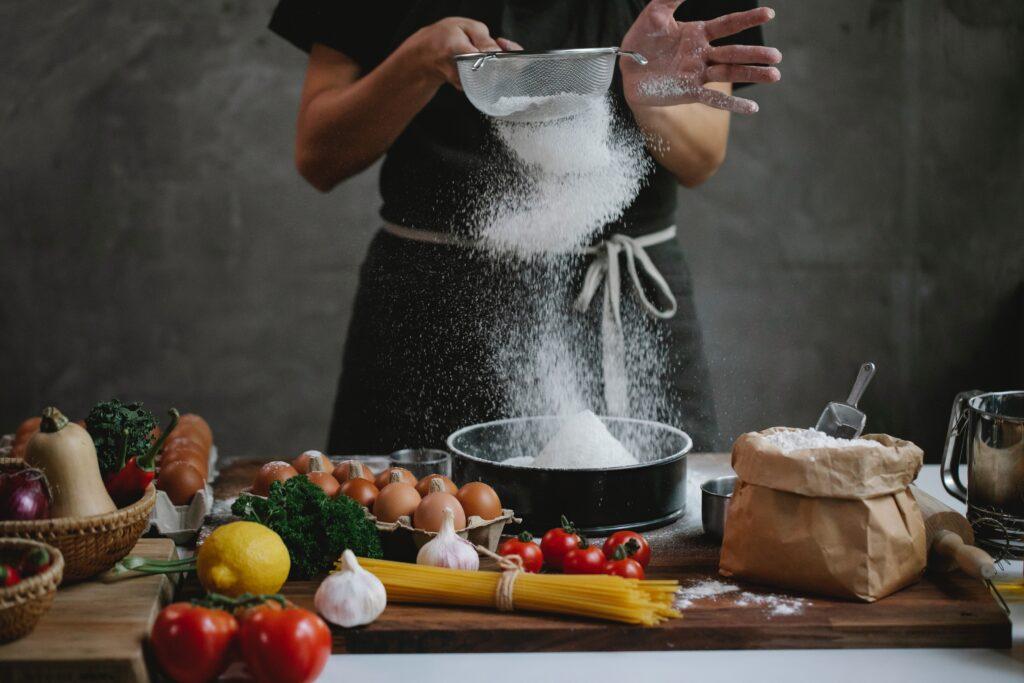 料理中の女性の画像