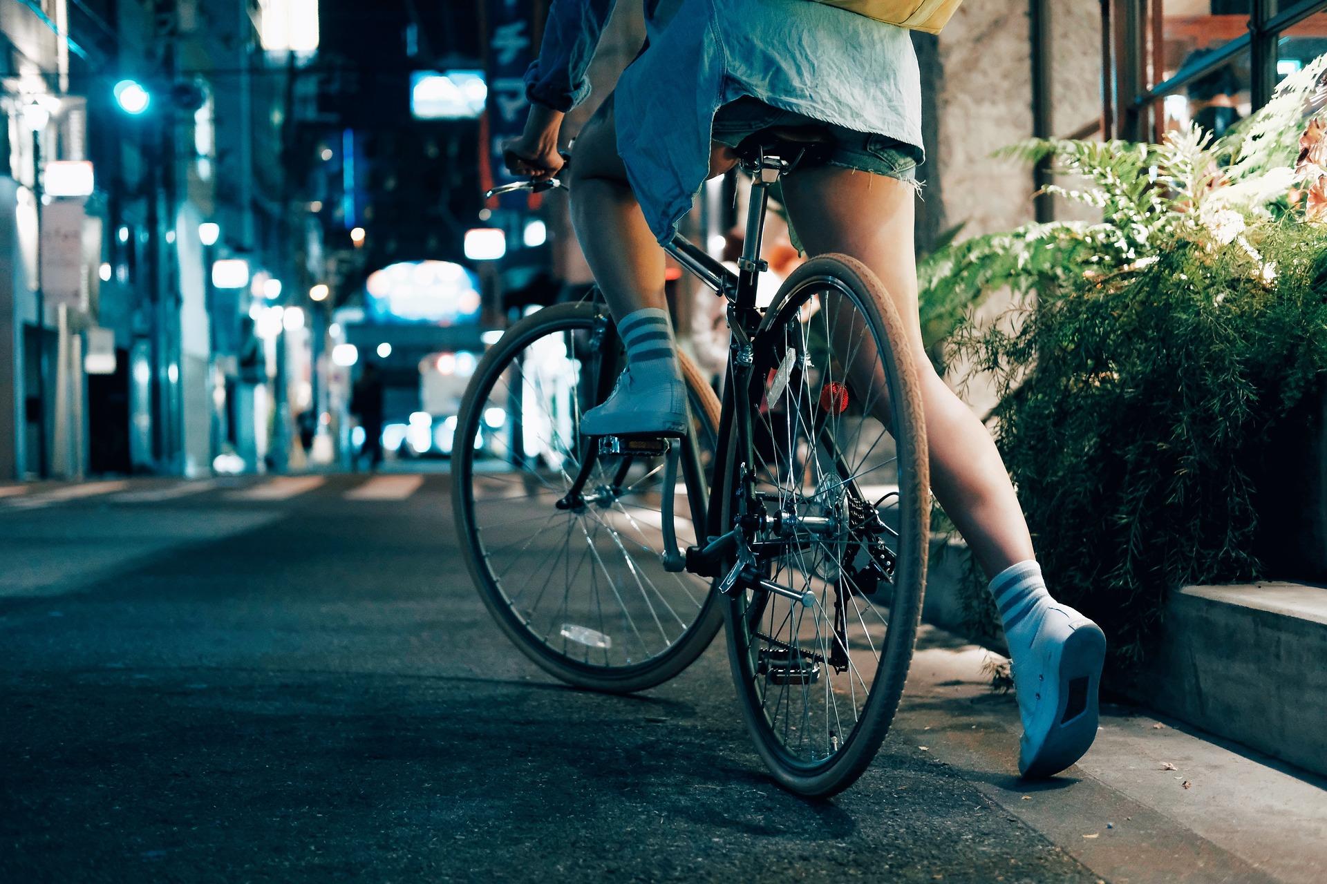 夢も希望もない女性が自転車に乗って走り出す後ろ姿の画像