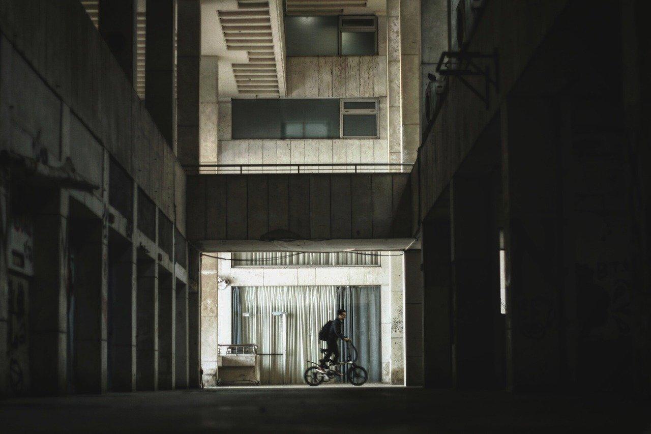 ひとりで自転車で出かけようとしている男性の画像