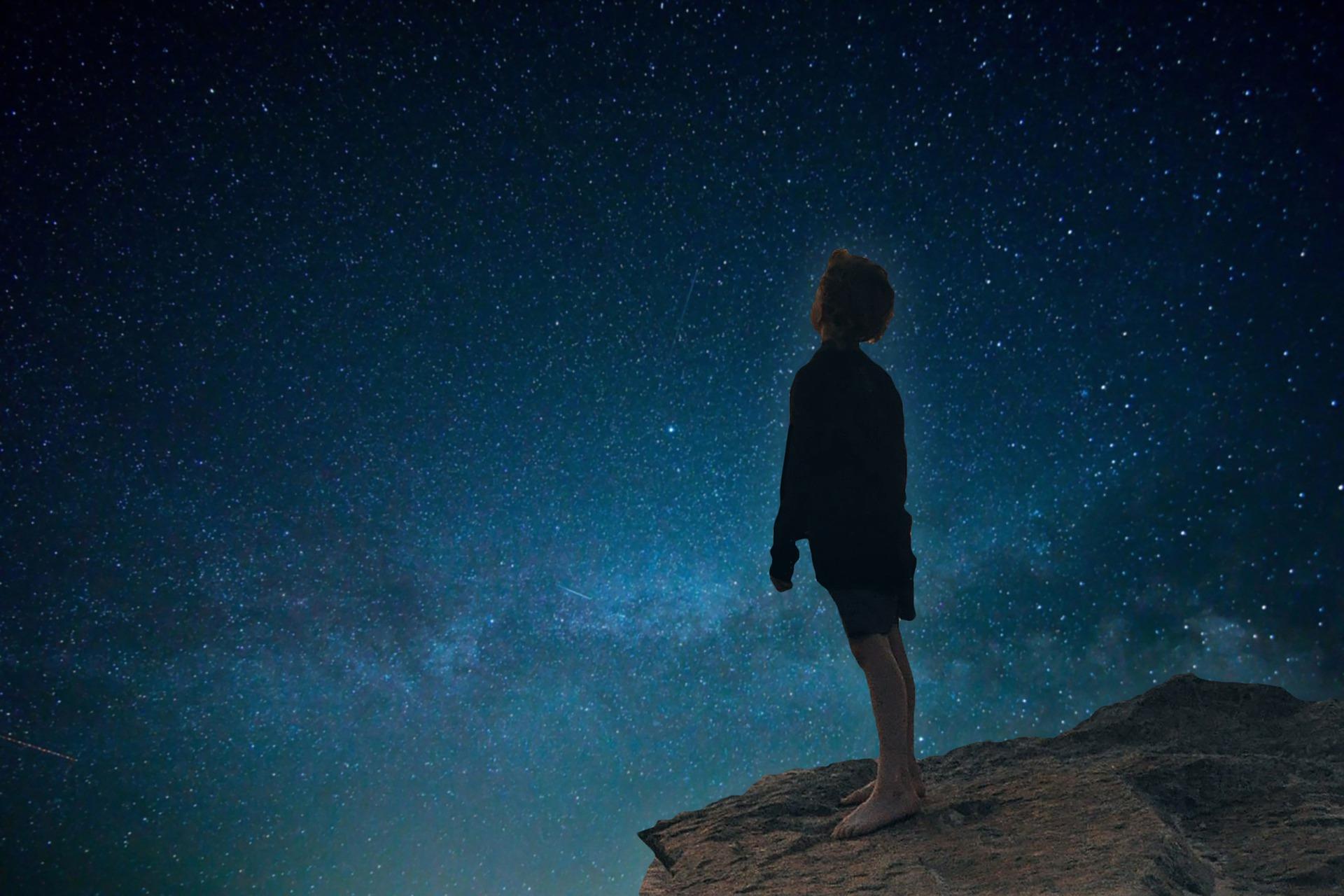 努力できない自分をクズだと落ち込んで星空を眺めている少年の画像