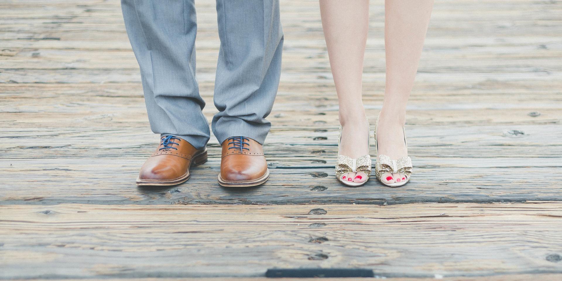 冷めきったカップルの足元の画像