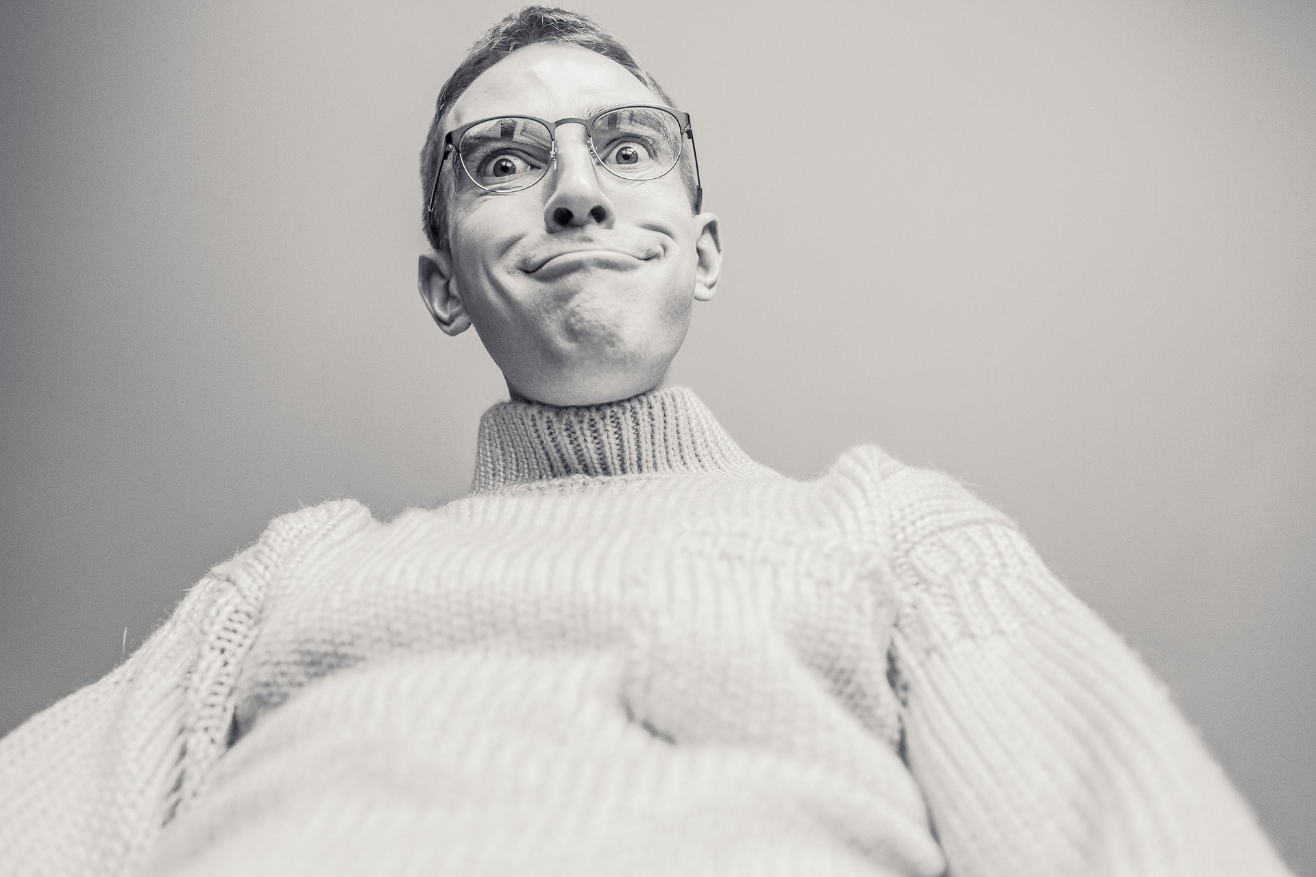 女性に嫌われそうな変顔の男性の画像