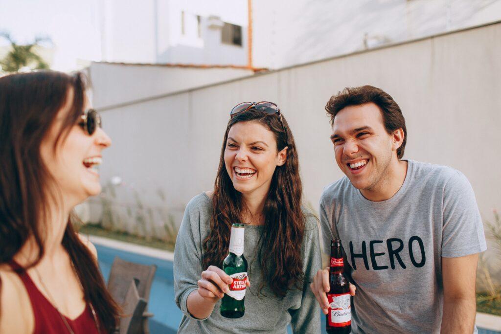 友達と本音で語り合って笑っている画像