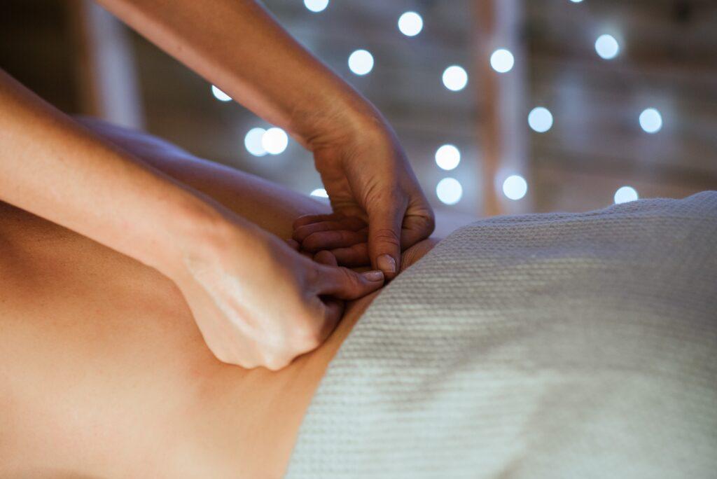 腰の施術しているセラピストの画像