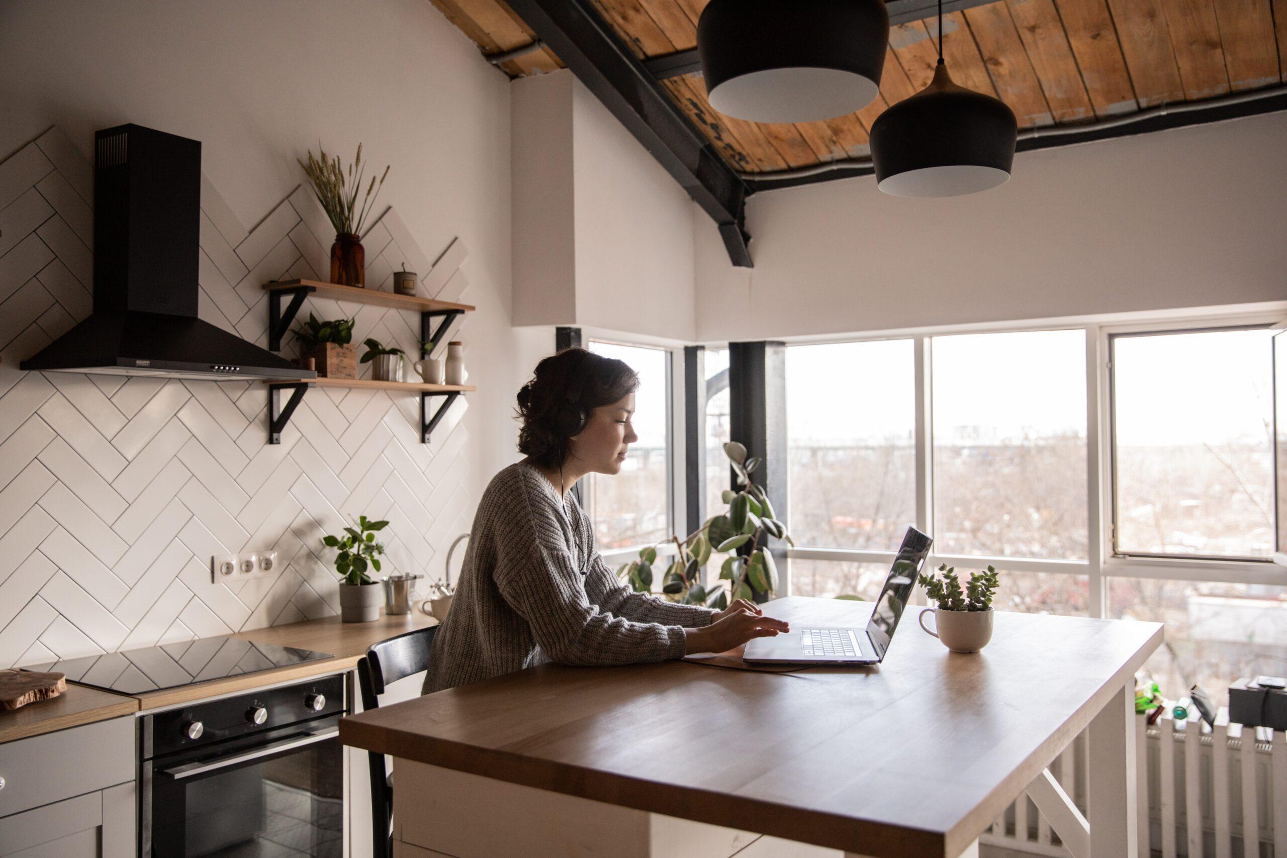 自分らしい生き方でパソコン仕事している女性の画像