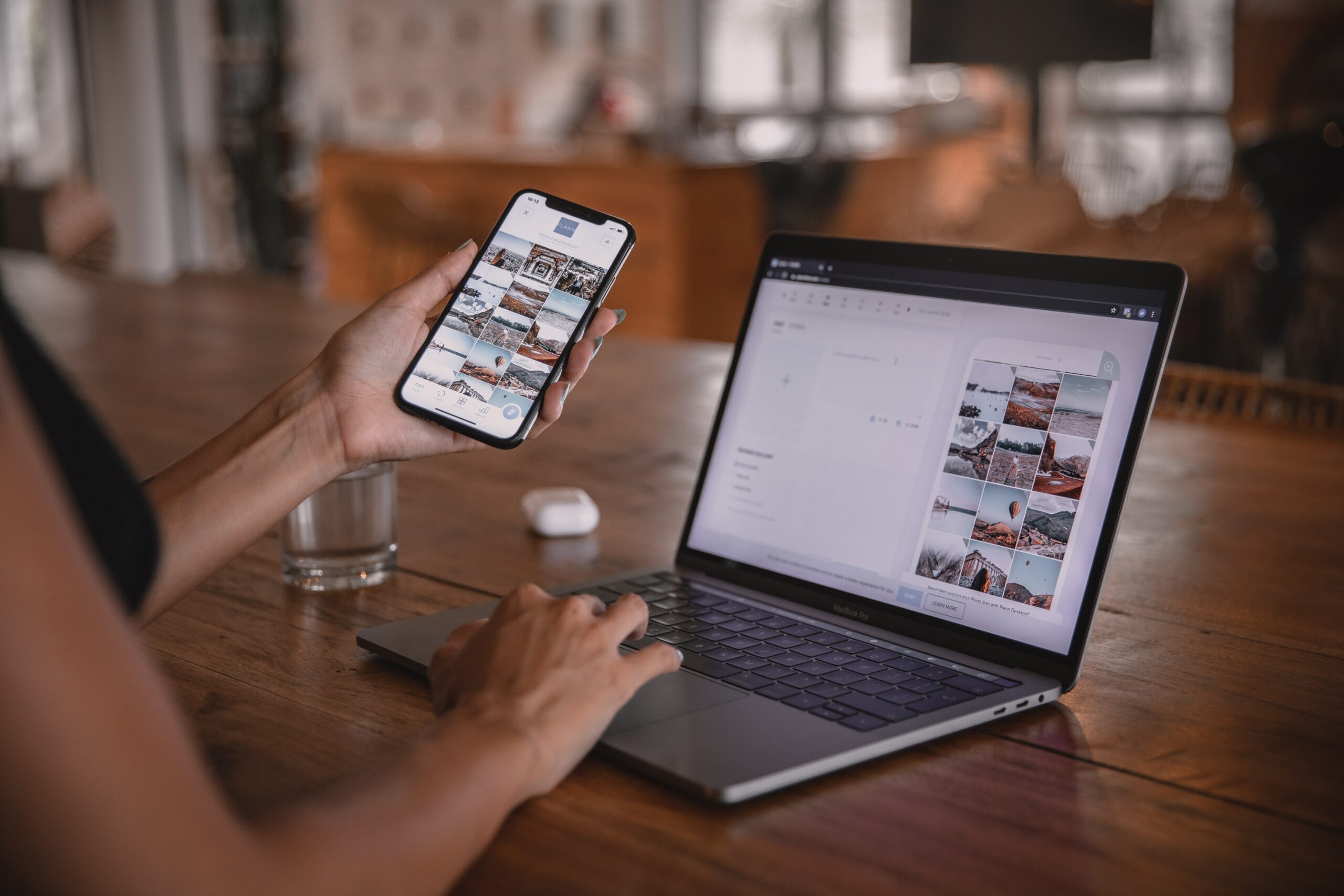 スマホとパソコンで仕事を探している画像