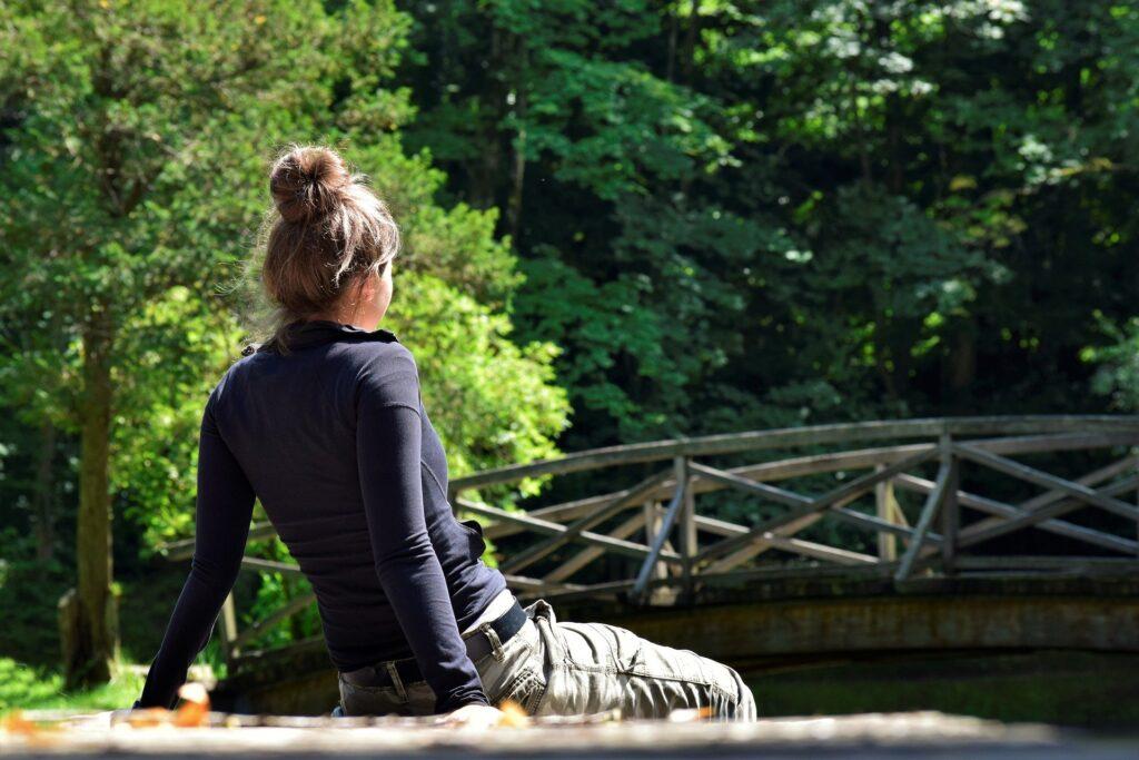 森林浴してリラックスしている女性の後ろ姿の画像