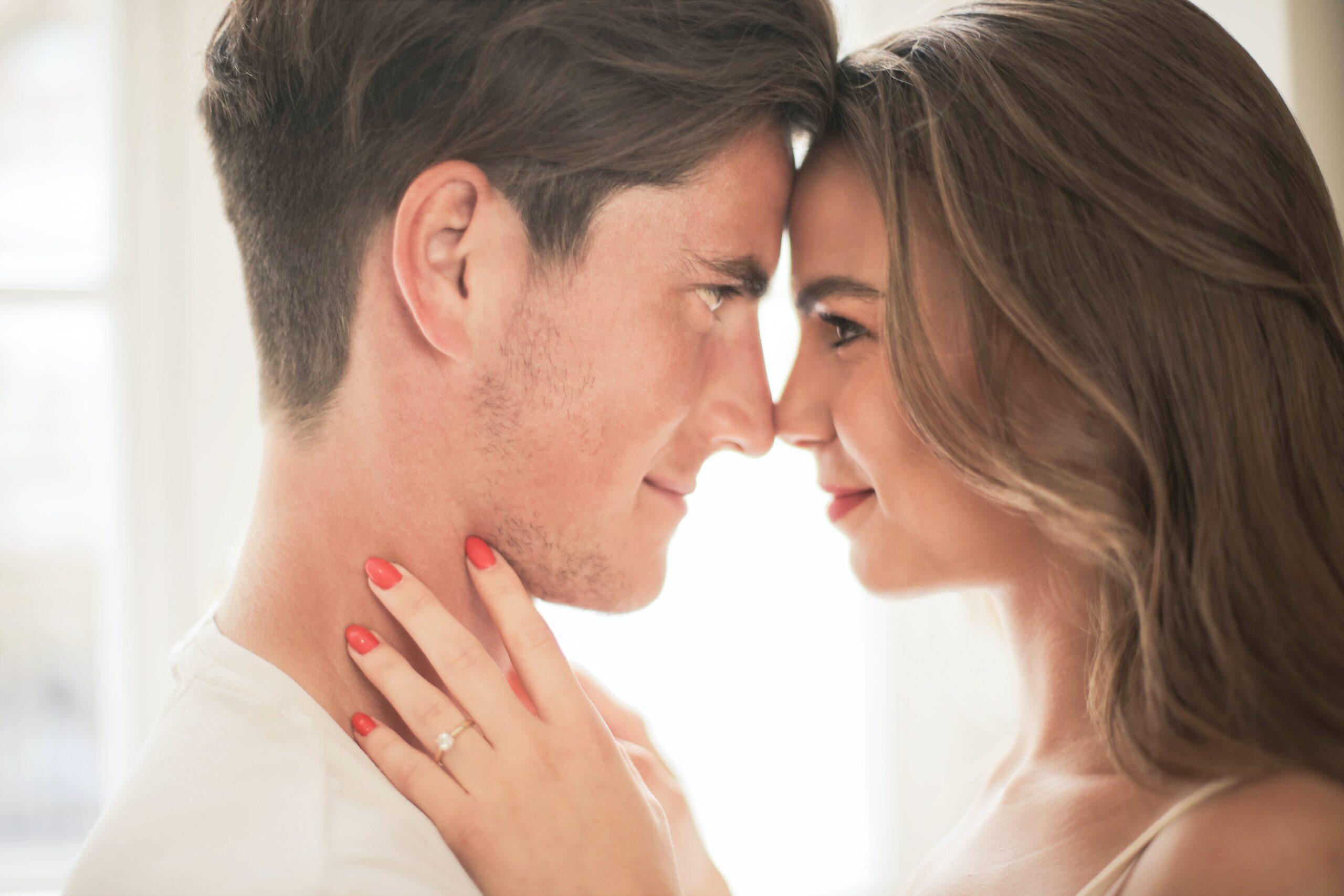 男性セラピストに恋する顔をしている女性の画像